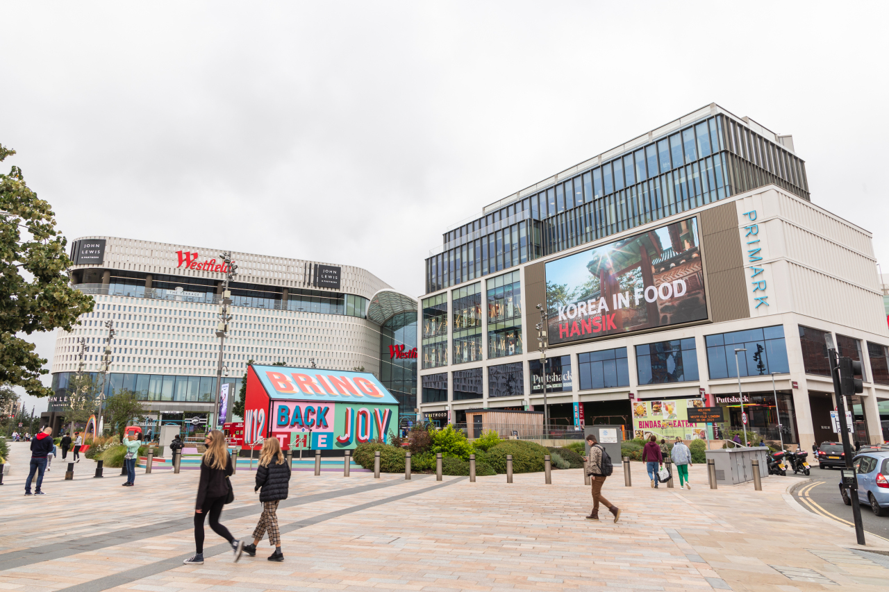 """A promotional video of Korean foods, """"Korea in Food,"""" is screened at Westfield shopping center in London. (Korea Cultural Heritage Foundation)"""