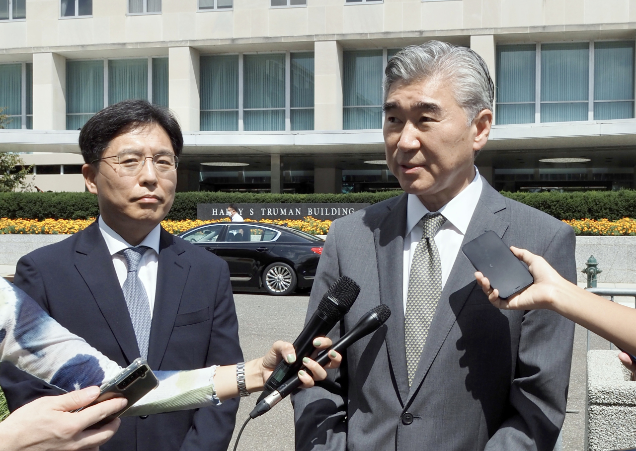 US special representative for North Korea, Sung Kim(right), speaks to the reporters in front of the building of the US State Department in Washington on Monday, after a meeting with visiting South Korean nuclear envoy Noh Kyu-duk (left). (Yonhap)