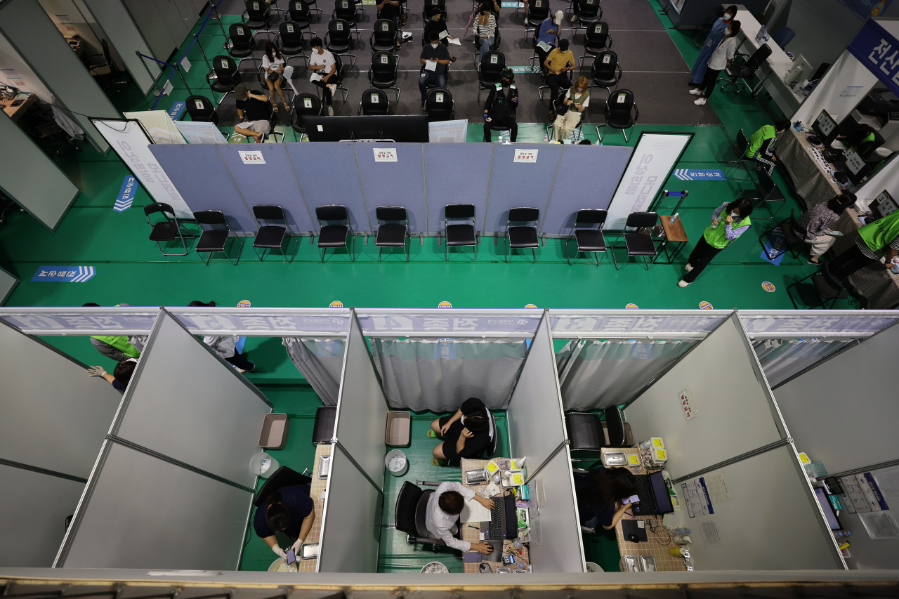 People receive COVID-19 shots at a makeshift clinic in western Seoul on Tuesday. (Yonhap)