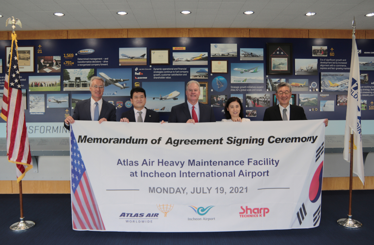 From left: Atlas Air Worldwide Holdings Chief Executive John W. Dietrich, Incheon International Airport Corp. Chief Executive Kim Kyung-wook, AAWW Chief Operating Officer Jim Forbes, IIAC Vice President of Future Business Division Lee Jee-jeong and Sharp Technics K Chief Executive Paik Soon-suk pose for a photo after signing a deal on July 19 at the AAWA headquarters in New York to build a new maintenance facility at Incheon Airport. (IIAC)