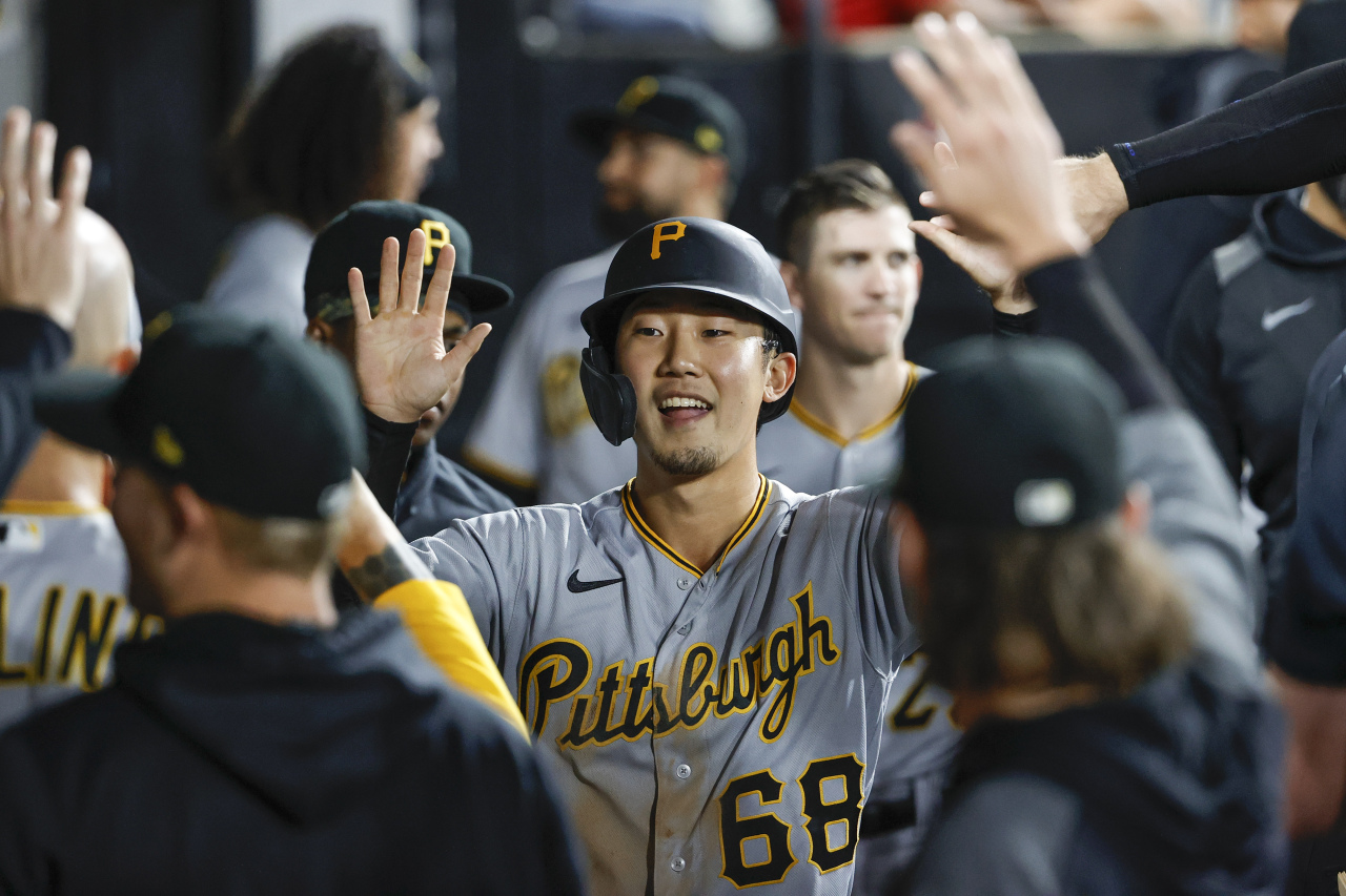 In this USA Today Sports photo via Reuters, Park Hoy-jun of the Pittsburgh Pirates is greeted by teammates in the dugout after scoring a run against the Chicago White Sox in the top of the fifth inning of a Major League Baseball regular season game at Guaranteed Rate Field in Chicago on Tuesday. (Yonhap)