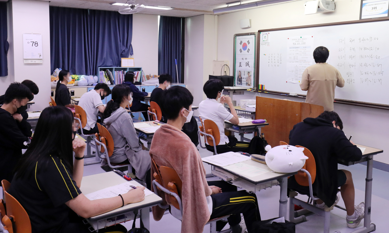 High school students listen to a lecture in Sangam High School in Seoul on Tuesday. (Yonhap)