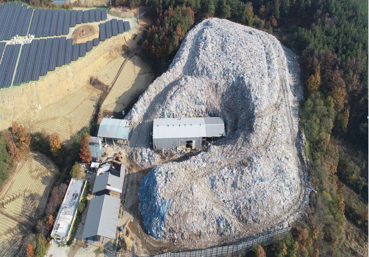 A garbage mountain in Uisong, North Gyeongsang Province (Uiseong)