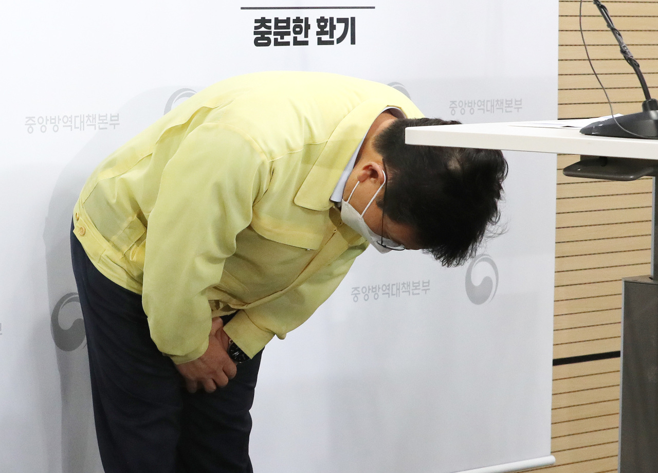 Photo shows Minister of Health and Welfare Kwon Deok-cheol bowing at an Aug. 9 news briefing. In the briefing, the minister had apologized over delays in Moderna deliveries and the consequent slowdown in rollout. (Yonhap)