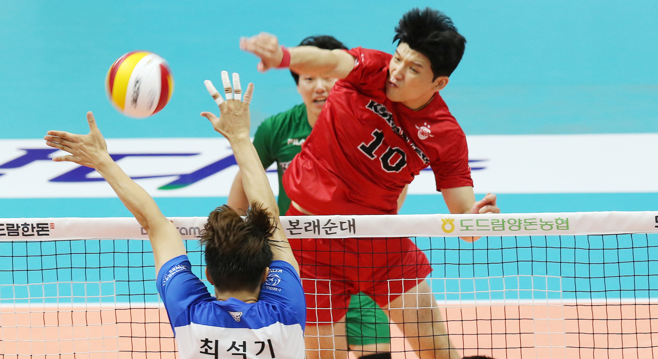 In this file photo from Aug. 15, 2021, Jung Ji-seok of the Korean Air Jumbos (R) hits a spike against the Woori Card Wibee during a Group B match at the Korean Volleyball Federation Cup at Uijeongbu Gymnasium in Ujjeongbu, Gyeonggi Province. (Yonhap)