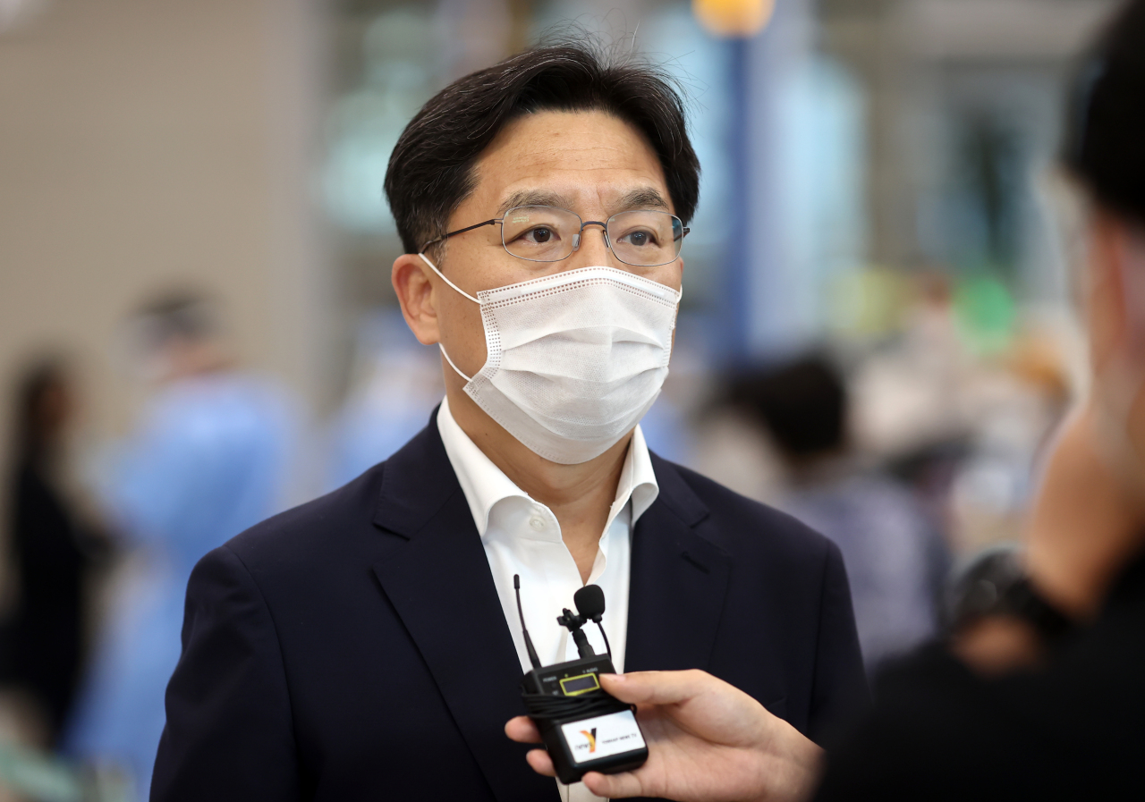 Noh Kyu-duk, special representative for the Korean Peninsula peace and security affairs, answers questions from reporters Thursday at Incheon International Airport. (Yonhap)