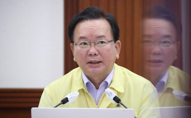 Prime Minister Kim Boo-kyum speaks at a meeting over new social distancing plans on Friday. (Yonhap)