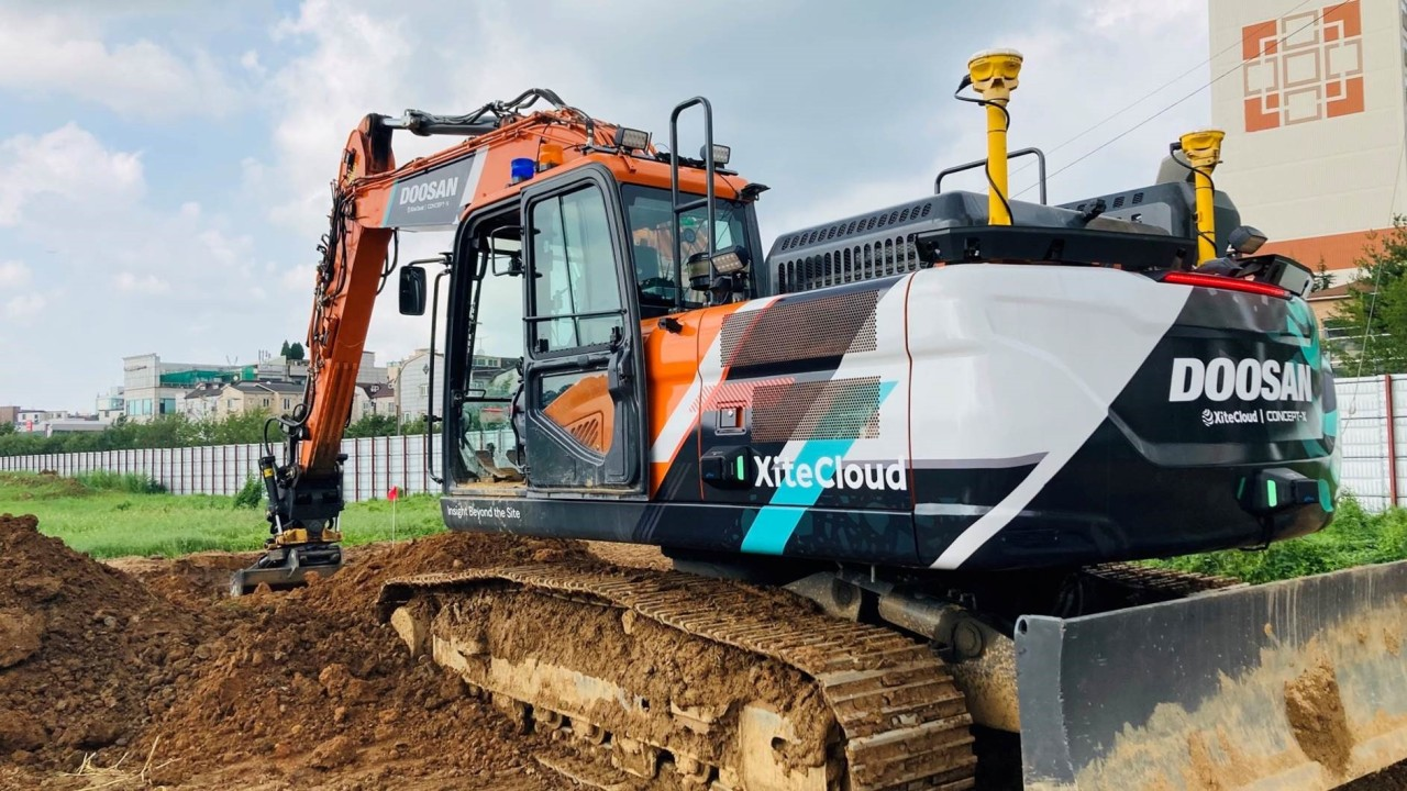 Doosan Infracore Co.'s excavator digs up ground in this photo provided by the construction equipment maker last Wednesday.(Construction Equipment Maker)