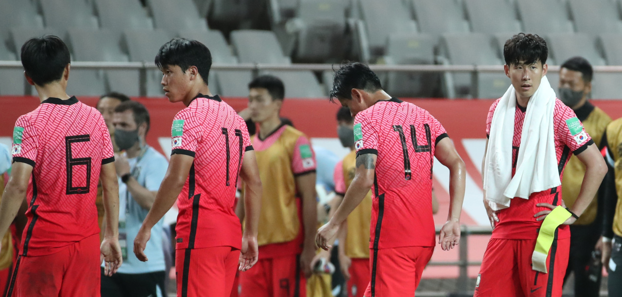 South Korean players leave the field after a scoreless draw against Iraq in the teams' Group A match in the final Asian qualifying round for the 2022 FIFA World Cup at Seoul World Cup Stadium in Seoul last Thursday. (Yonhap)