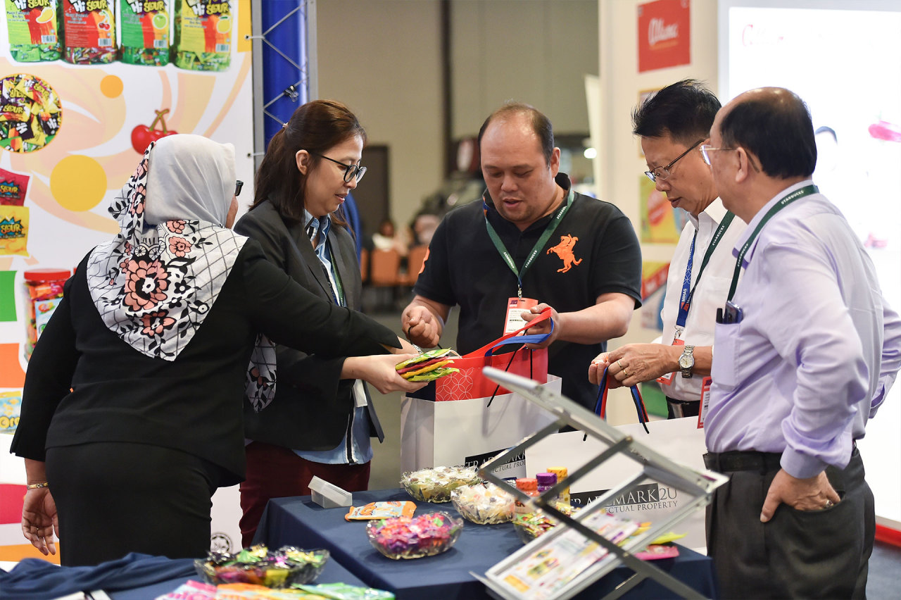 Caption: Buyers examine Halal products showcased in the MIHAS event last year. (MIHAS 2021 official website)