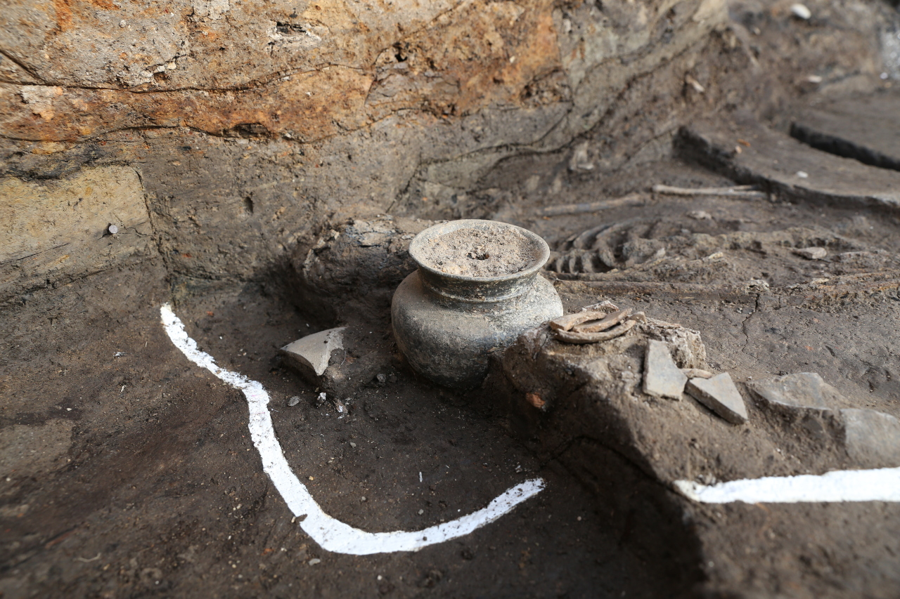 Earthenware from the Silla Kingdom was found beside the bones under the west walls of the Wolseong palace in Gyeongju, North Gyeongsang Province. (CHA)