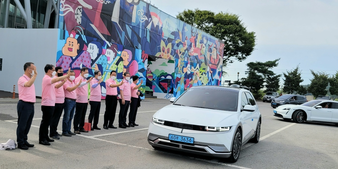 An electric vehicle, participating in the first Korea Peninsula Peace Road Electric Vehicle Drive, departs from Imjingak Pyeonghwa Nuri Park in Paju, Gyeonggi Province, on Monday. (IEVE)