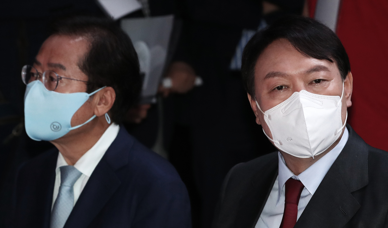 Rep. Hong Joon-pyo (left) of the People Power Party and former Prosecutor General Yoon Seok-youl (Yonhap)