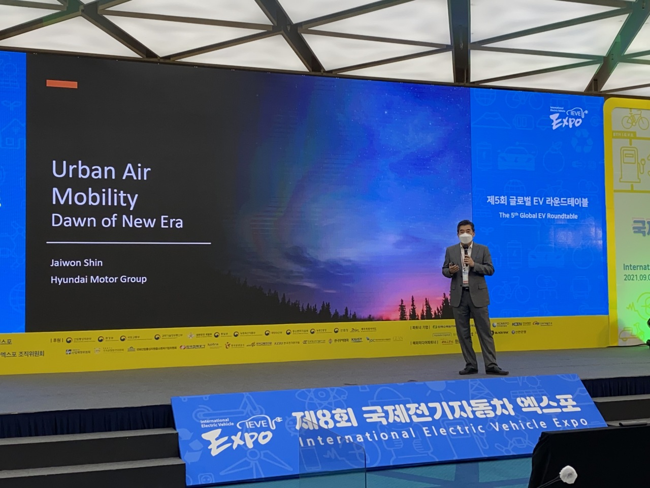 Shin Jai-won, chief of Hyundai Motor Group's Urban Air Mobility division, delivers his keynote presentation during the fifth Global EV Round Table held as part of this year's International Electric Vehicle Expo in Jeju Island on Wednesday. (Jo He-rim/The Korea Herald)