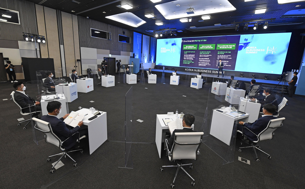 Leaders of major South Korean conglomerates launch the Korea H2 Business Summit at Kintex in Goyang, Gyeonggi Province, on Wednesday. (Korea H2 Business Summit)