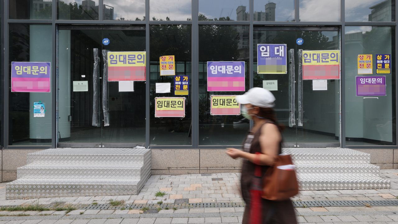 Wanted ads for retail tenants are seen in a commercial district, some of whose offices are vacant, in Hawangsimni-dong, Seoul, on Aug. 18. A series of business closures are occurring among the self-employed amid a sagging economy stemming from the pandemic. (Yonhap)