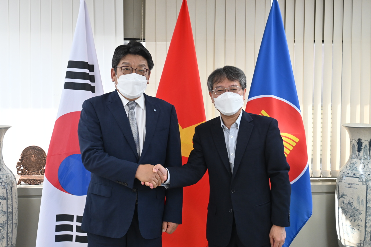 Vietnamese Ambassador to Korea Nguyen Vu Tung (right) and CEO Choi Jin-young of The Korea Herald shake hands at the Vietnamese Embassy in central Seoul on Wednesday. (Sanjay Kumar/The Korea Herald)