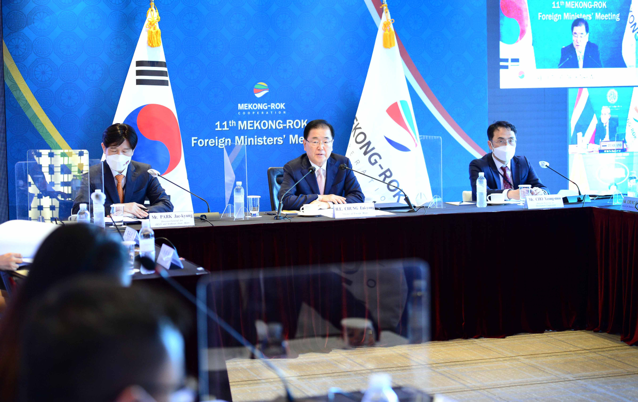 Foreign Minister Chung Eui-yong delivers remarks during the 11th South Korea-Mekong foreign ministers' meeting, co-chaired by his Cambodian counterpart, Prak Sokhonn, in Seoul on Wednesday.(Yonhap)
