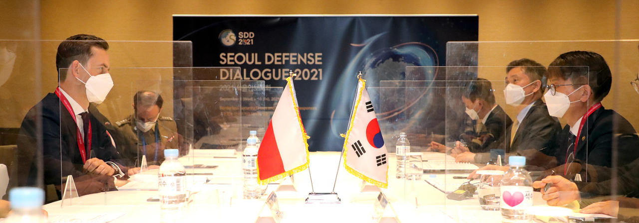 South Korean Vice Defense Minister Park Jae-min (right) and his Polish counterpart, Marcin Ochiepa (left) hold talks in Seoul on Friday.(Yonhap)
