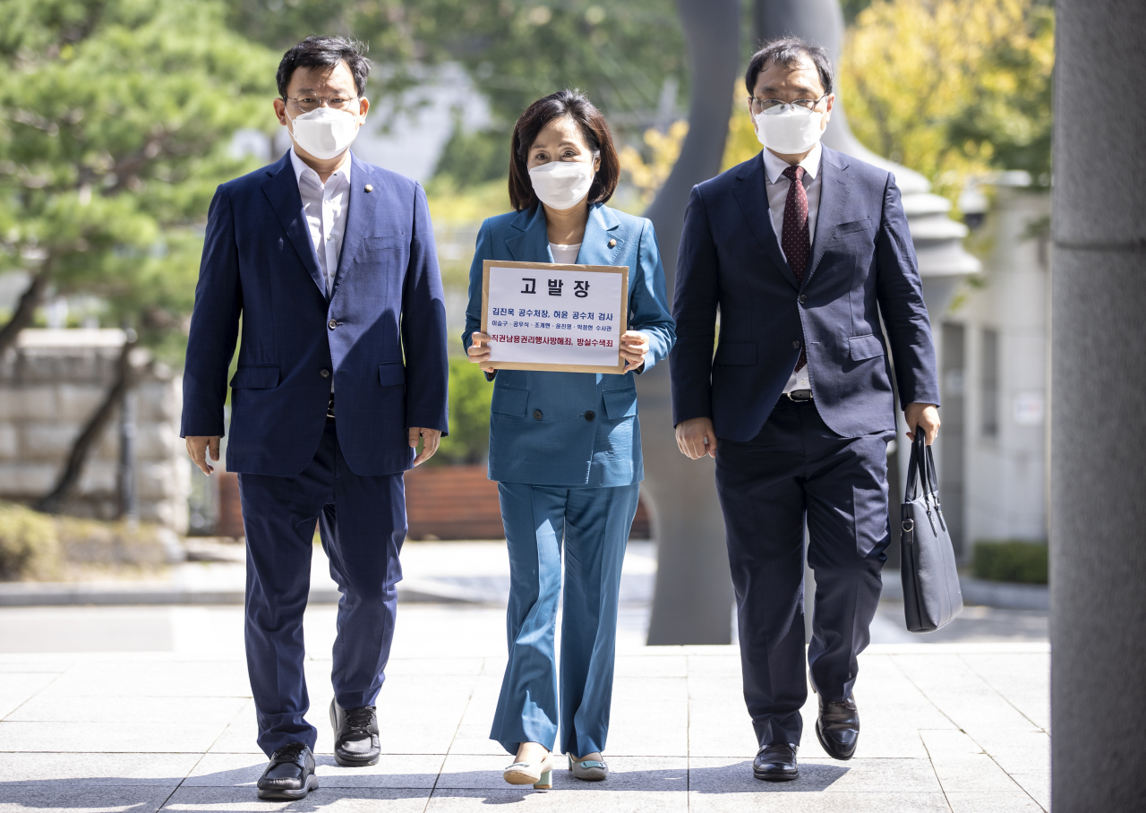 Rep. Jun Joo-hyae of the main opposition People Power Party carries the complaint to the prosecution on Saturday. (Yonhap)