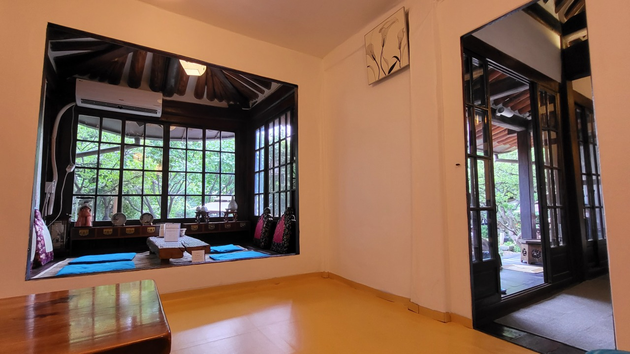 Rooms at Suyeon Sanbang offer guests a taste of the teahouse's original function. (Kim Hae-yeon/The Korea Herald)