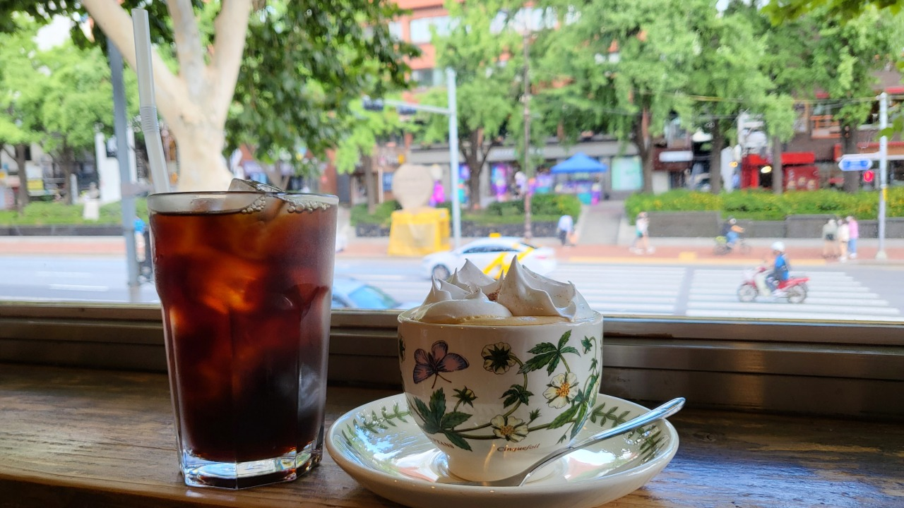 Hakrim blend and Vienna coffee are two of the cafe's signature drinks. (Kim Hae-yeon/The Korea Herald)
