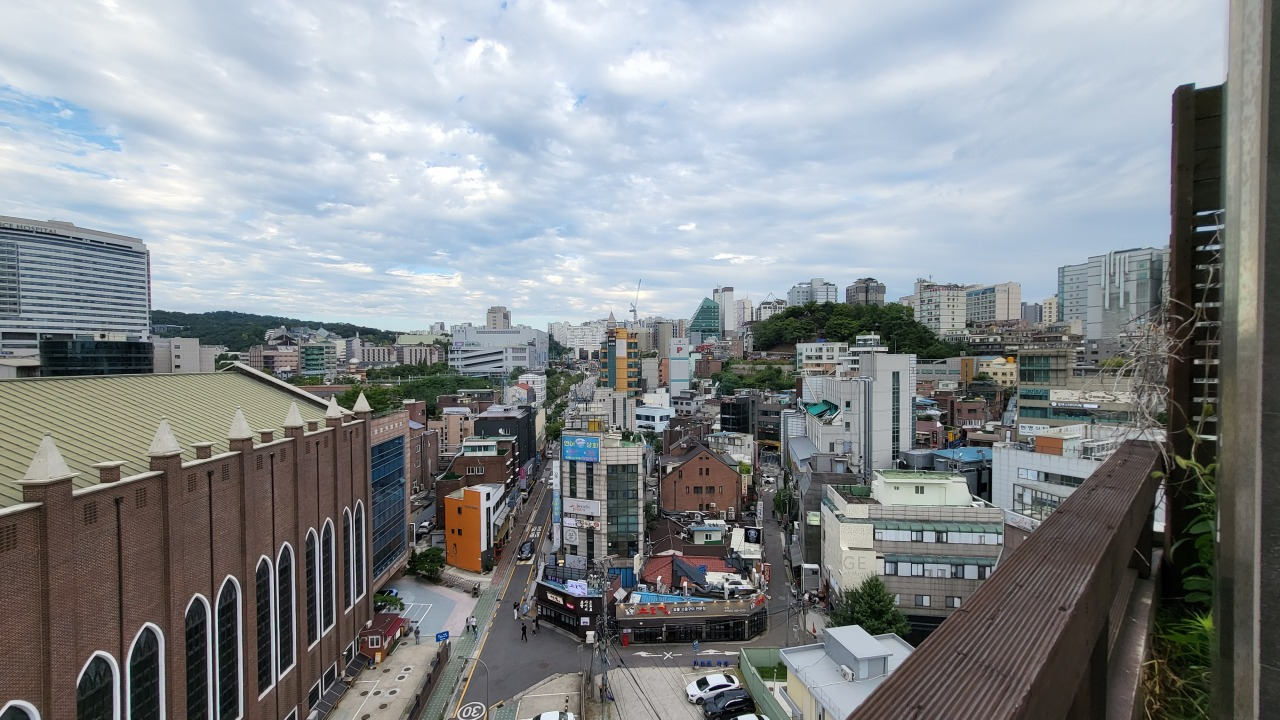 A view from the outdoor terrace of Dok Dabang (Kim Hae-yeon/The Korea Herald)
