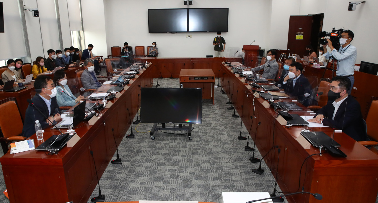 This pool photo shows a parliamentary consultative group, also consisting of academic experts, lawyers and other media experts, holding a meeting to discuss the media bill at the National Assembly in Seoul last Thursday. (Yonhap)