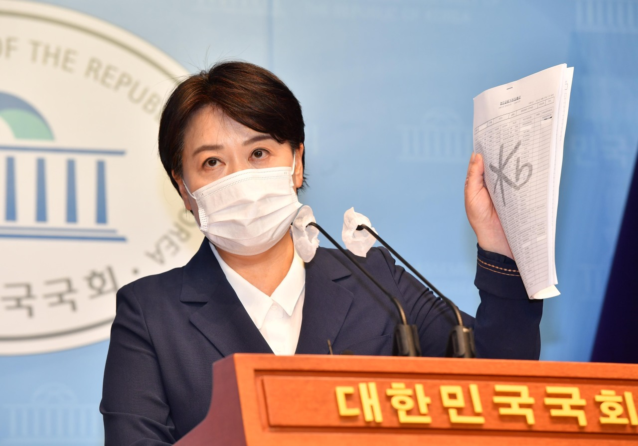 Rep. Yoon Hee-suk denies her involvement in an alleged land speculation deal by her father during a press conference on Aug. 27, 2021. (Yonhap)