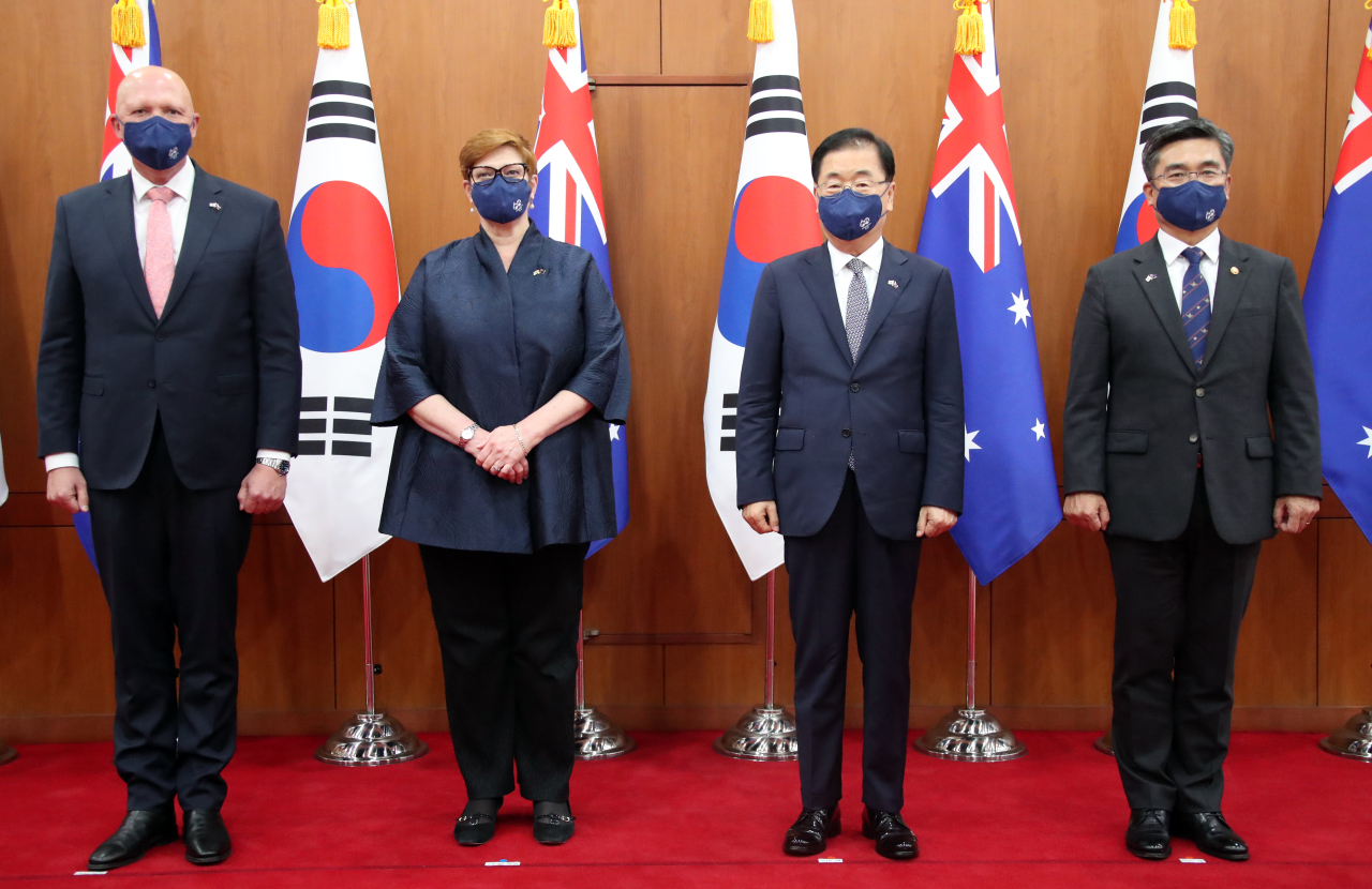 From left: Australian Defense Minister Peter Dutton and Foreign Minister Marise Payne, and South Korean Foreign Minister Chung Eui-yong and Defense Minister Suh Hoon pose before the meeting at the Foreign Ministry on Monday. (Yonhap)
