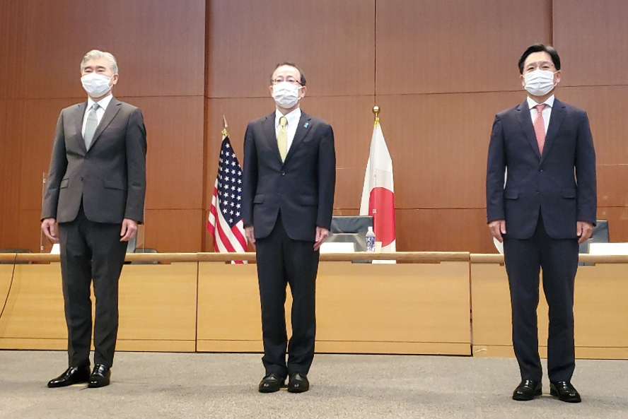 South Korea's chief nuclear envoy Noh Kyu-duk (R) poses with his US and Japanese counterparts, Sung Kim (L) and Takehiro Funakoshi, before their talks in Tokyo on Tuesday. (Yonhap)