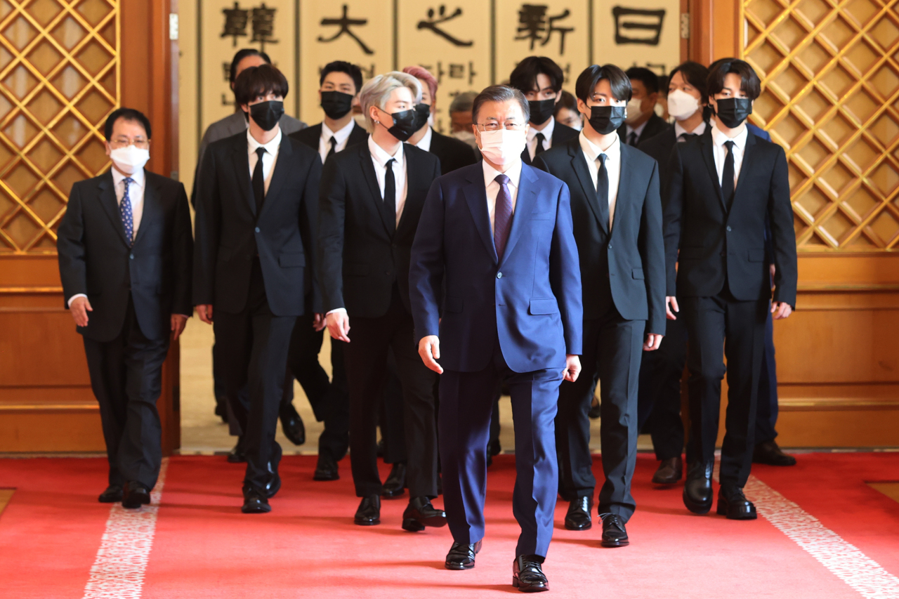 South Korean president Moon Jae-in (front) and BTS members, along with other attendees of the event leave the ceremony venue and head to closed-door meeting at Cheong Wa Dae on Sept. 14, 2021 (Yonhap)