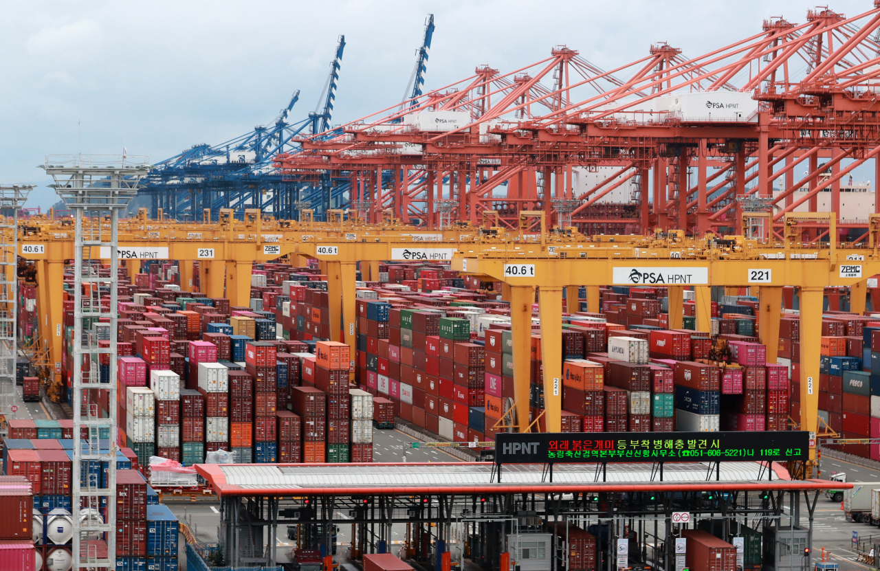 Stacks of containers at a port in South Korea's southeastern city of Busan (Yonhap)