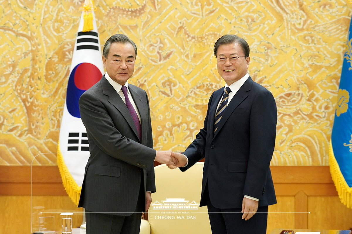 President Moon Jae-in and Chinese Foreign Minister Wang Yi pose after holding talks at Cheong Wa Dae in this file photo dated on Nov. 26 last year. (Cheong Wa Dae)