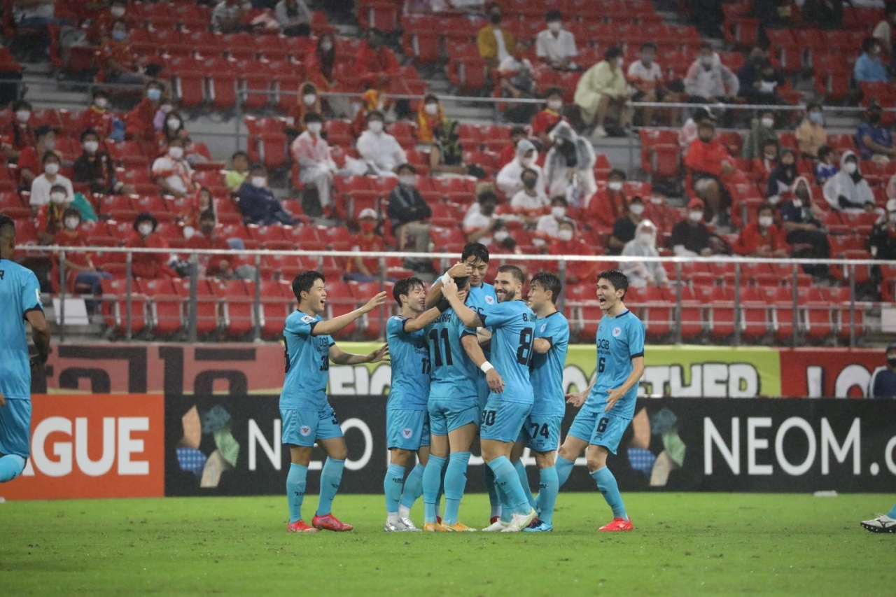 Daegu FC players celebrate a goal from Cesiniha in the match against Nagoya Grampus at Toyota Stadium in Japan on Tuesday. (Yonhap)