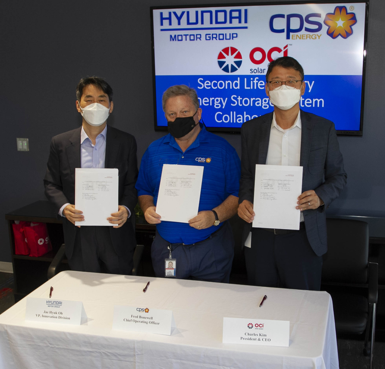 From left: Hyundai Motor Group Vice President Oh Jae-hyuk, CPS Energy Chief Operating Officer Fred Bonewell and OCI Solar Power CEO Charles Kim pose after signing an agreement to establish an ESS facility using spent-up EV batteries at OCI Solar Power headquarters in San Antonio, Texas, on Tuesday. (Hyundai Motor Group)