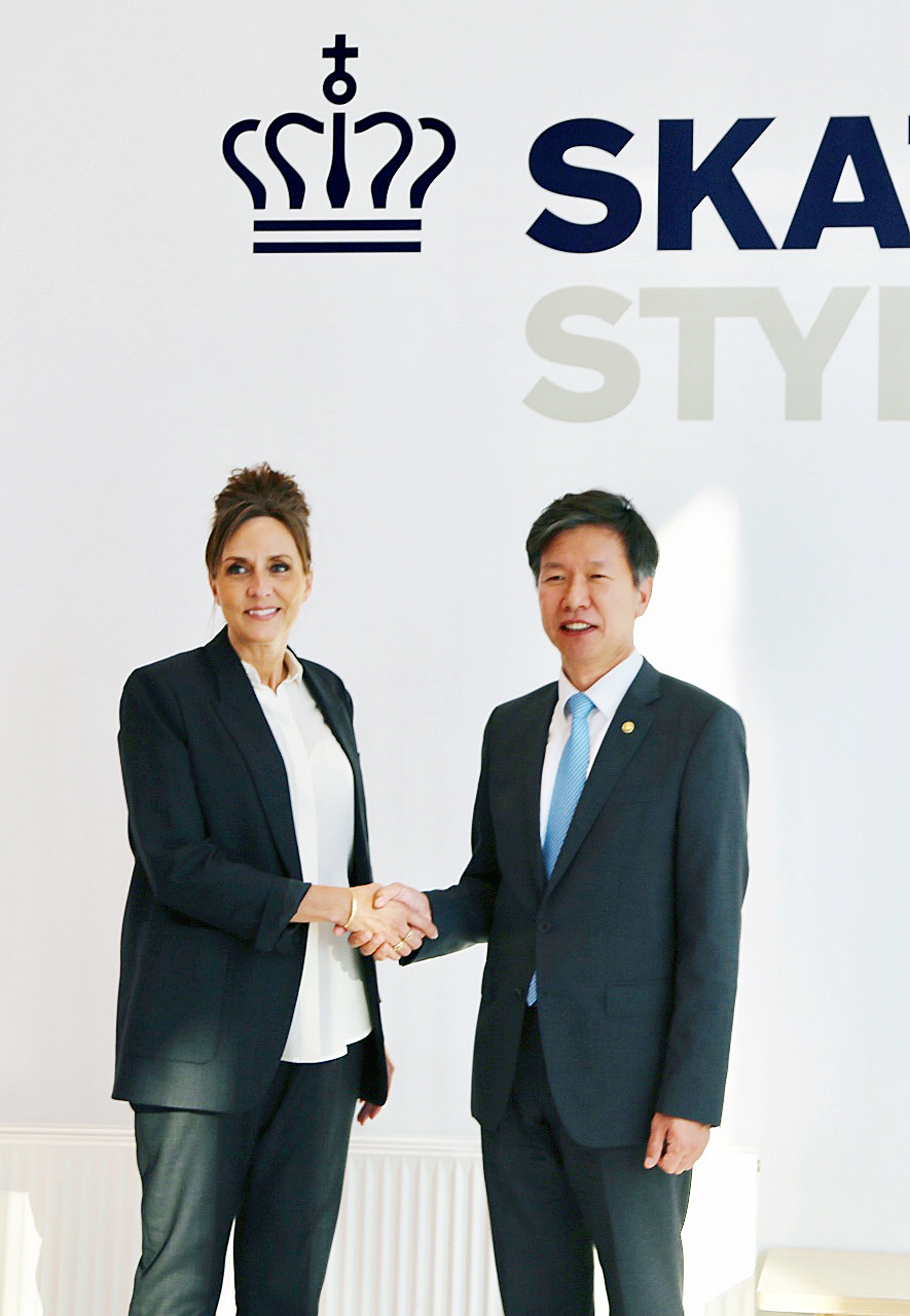 South Korea's National Tax Service Commissioner Kim Dae-ji (right) and Denmark's Customs and Tax Administration Director General Merete Agergaard pose for a photo during their meetings in Copenhagen, Denmark, which were held Sept. 8-9. (NTS)