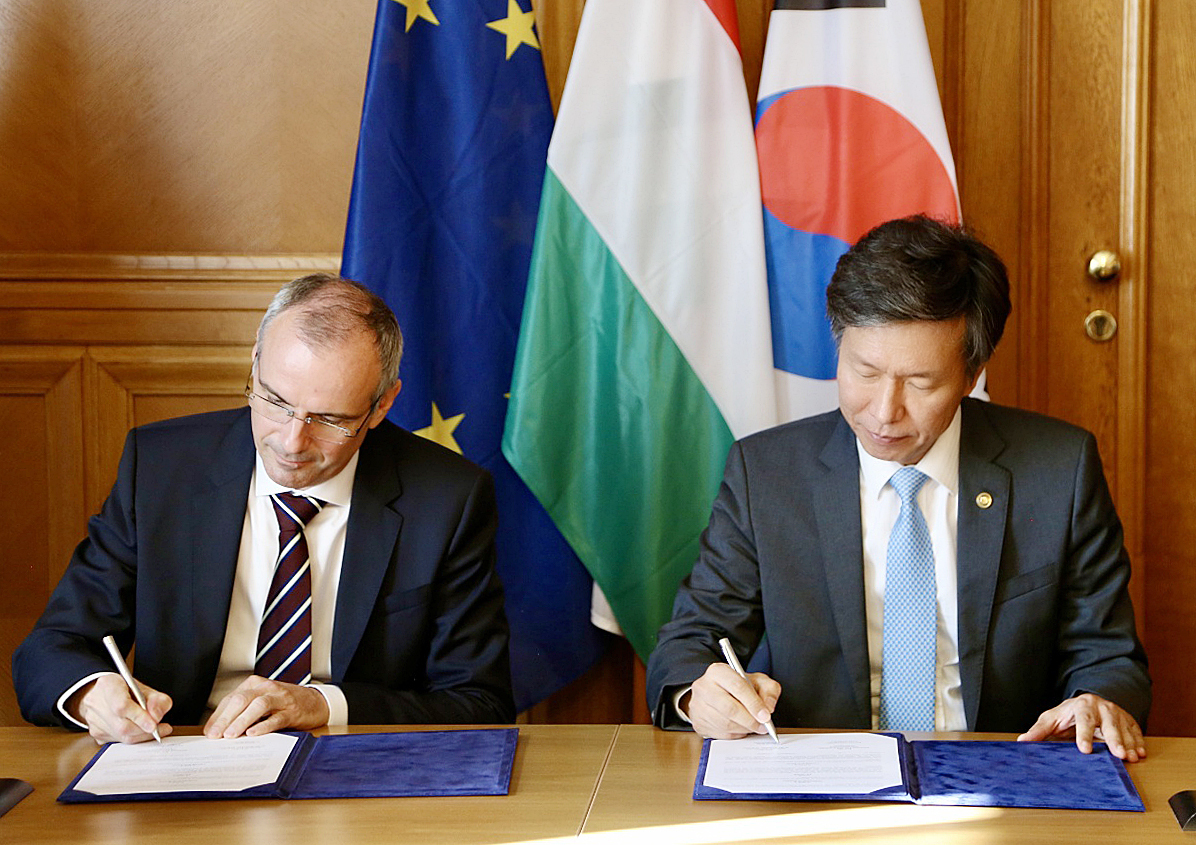South Korea's National Tax Service Commissioner Kim Dae-ji (right) and Hungary's Tax and Customs Administration Commissioner Vagujhelyi Ferenc sign a memorandum of understanding on the sustainable cooperation for an electronic tax administration system Monday. (NTS)