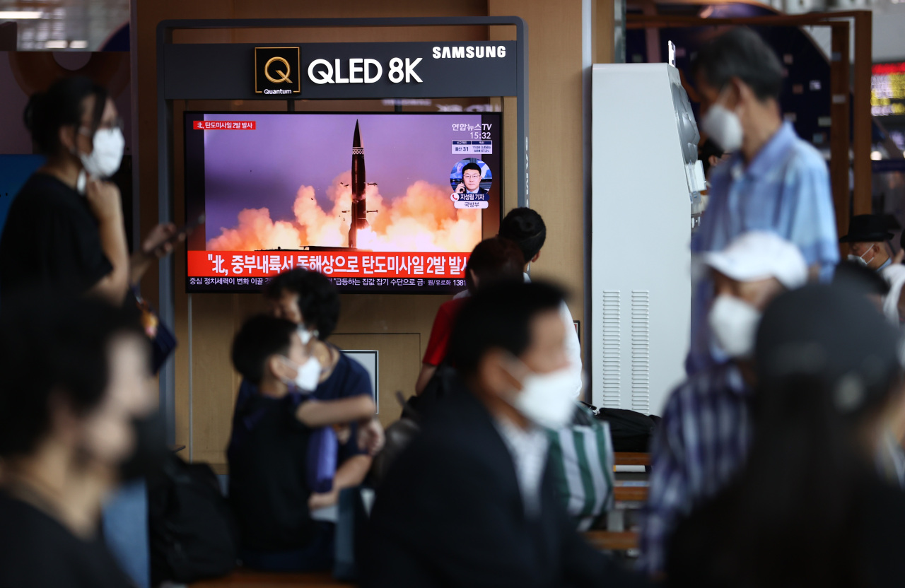 Citizens watch a news report on North Korea's missile launch at Seoul Station in central Seoul on Wednesday. (Yonhap)