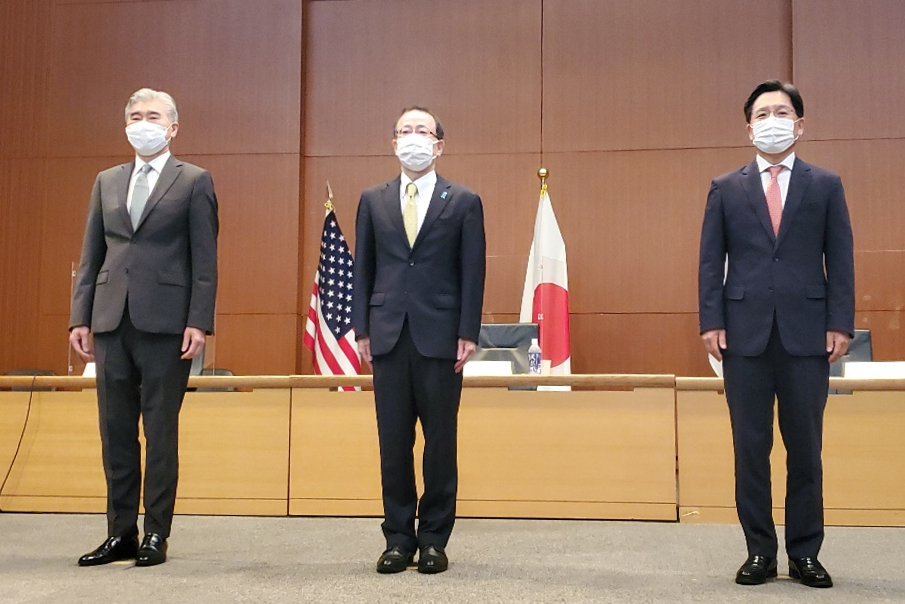 South Korea`s chief nuclear envoy Noh Kyu-duk (right) poses with his US and Japanese counterparts, Sung Kim (left) and Takehiro Funakoshi, before their talks in Tokyo on Tuesday. (Yonhap)