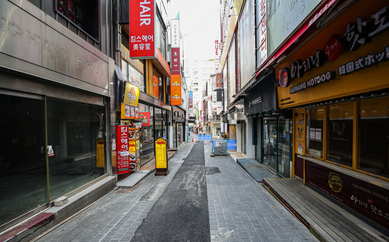 This photo, taken Aug. 20, 2021, shows closed shops on a side street of the shopping district of Myeongdong in downtown Seoul amid the pandemic. (Yonhap)
