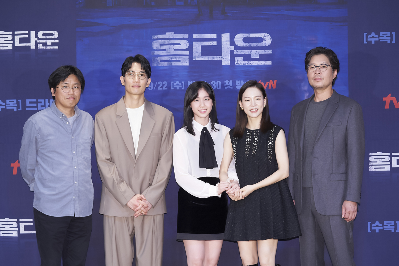 (From left) Director Park Hyun-seok, and actors Um Tae-goo, Lee Re, Han Ye-ri and You Chae-myung pose for a photo after an online press conference Wednesday. (tvN)