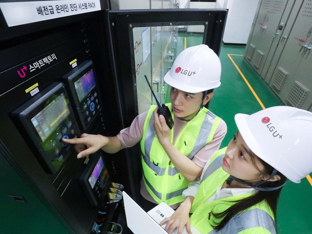 LG Uplus Corp. workers use a smart factory solution at its facility in Incheon, west of Seoul, in this photo provided by the company on Thursday. (LG Uplus Corp.)