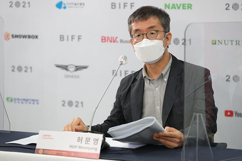 허문영: BIFF chief program director Huh Moon-yung talks during an online press conference Wednesday. (BIFF)