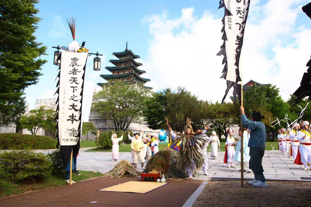 "The traditional Icheon ""geobuknori"" performance is reenacted on the grounds of the National Folk Museum of Korea in Seoul. (National Folk Museum of Korea)"