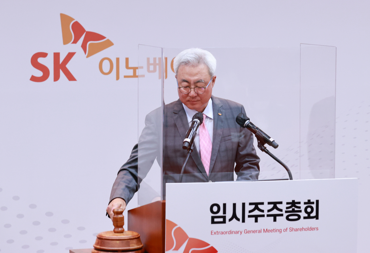Kim Jun, CEO of SK Innovation, approves the plan to split the company's battery and refinery businesses in a shareholders meeting held at the company headquarters in Seoul on Thursday. (SK Innovation)