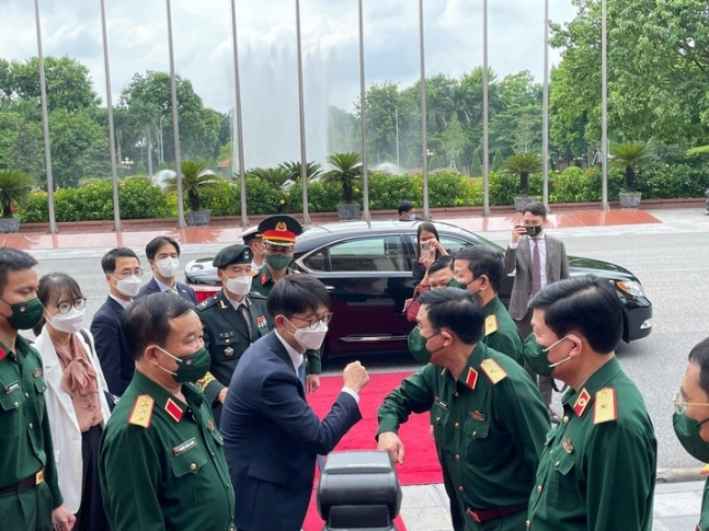 South Korea's Vice Defense Minister Park Jae-min (center in dark blue suit) greets his Vietnamese counterpart, Hoang Xuan Chien, ahead of their dialogue in Vietnam on Thursday. (Yonhap)