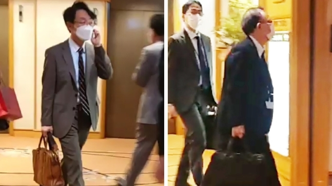 Lee Sang-ryol (left), director general for Asian and Pacific affairs at Seoul's foreign ministry, and his Japanese counterpart, Takehiro Funakoshi, moving to a conference room at a hotel in Tokyo in April. (Yonhap)