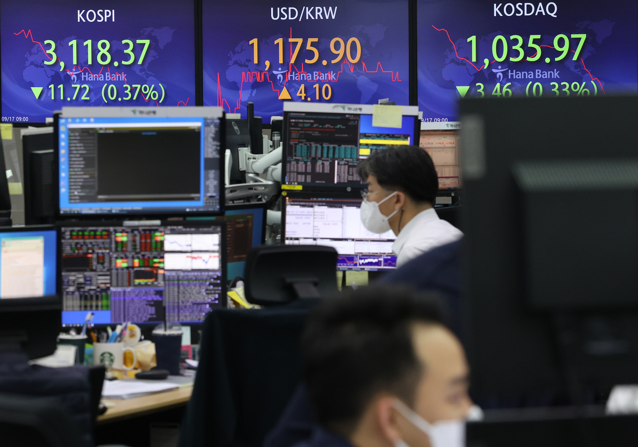 The benchmark Korea Composite Stock Price Index (Kospi) figures are displayed at a dealing room of a local bank in Seoul, Friday. (Yonhap)