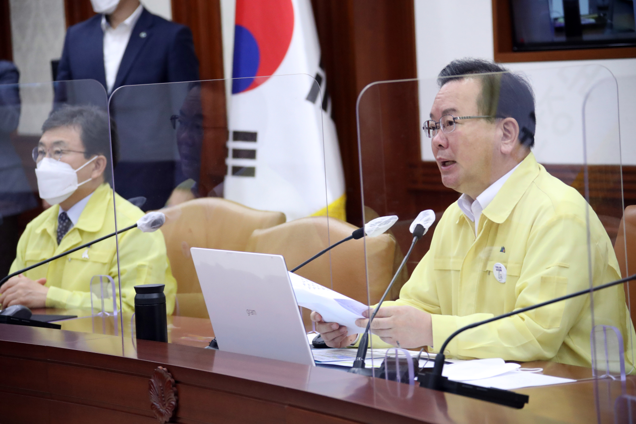 Prime Minister Kim Boo-kyum (R) speaks during an interagency meeting on COVID-19 at the government office complex in Seoul on Friday. (Yonhap)